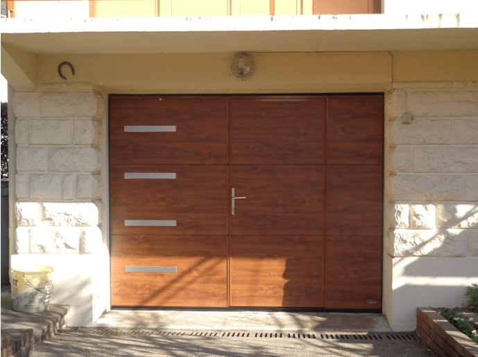 Installation porte de garage sectionnelle motoris e avec for Installer chatiere porte garage